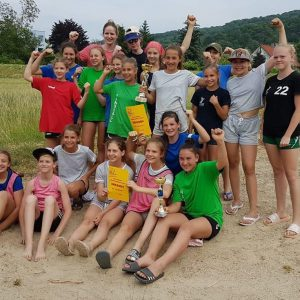 Nachwuchs zeigt beim Beach Handball groß auf